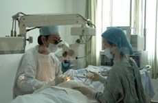 Vietnamese doctors offer free eye surgeries in Cambodia