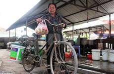 Tea seller devotes life to HIV/AIDS patients