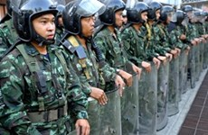Thai clashes leave 2 dead, military chief offers to mediate