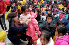 Tet gifts come to poor children in Ha Giang