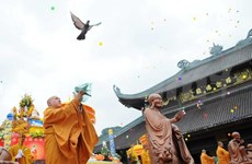Central Highland officials congratulate top Buddhists