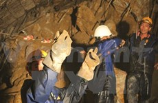 Rescuers race to reach trapped workers