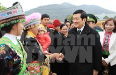 President Truong Tan Sang works with Son La authorities