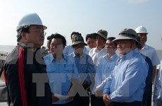 Deputy PM inspects sea dykes in Ca Mau