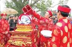 Royal seals bring good luck at temple's festival