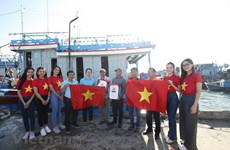 National flags, medicine chests presented to Ly Son fishermen