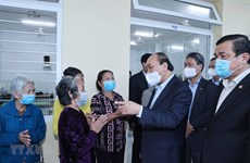 PM presents Tet gifts to social support centre in Quang Nam