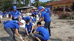 About 200 volunteers clean up Red River area, Long Bien Bridge