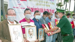 National flags, President Ho Chi Minh's portraits handed over to fishermen