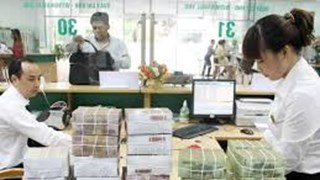 People pour money into banks despite interest rate cut