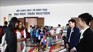 Lao students explore Vietnamese culture