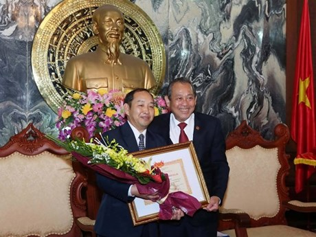 Lao court official awarded with Vietnam's insignia
