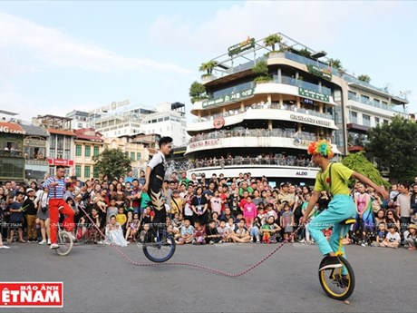 Circus march enchants wanderers in pedestrian streets