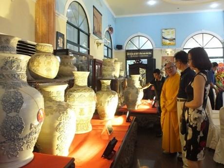 Ceramic vase set enters Vietnam Book of Records