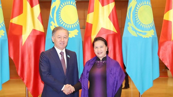 Vietnamese, Kazakhstani top legislators hold talks