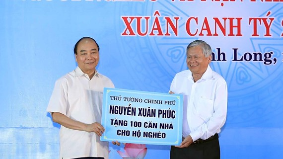 PM shares Tet joy with workers, disadvantaged people in Vinh Long