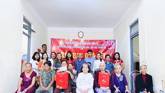 Tet gifts handed out to the disadvantaged in Quang Tri