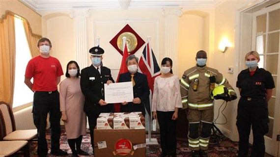 Vietnam presents face masks to UK, Ireland