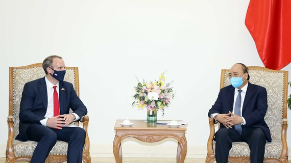 PM Nguyen Xuan Phuc welcomes UK foreign minister
