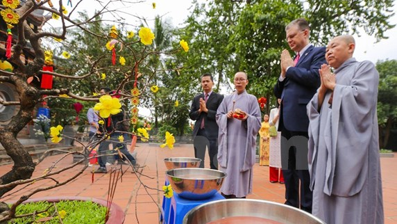 US Ambassador releases carps to see off Kitchen Gods