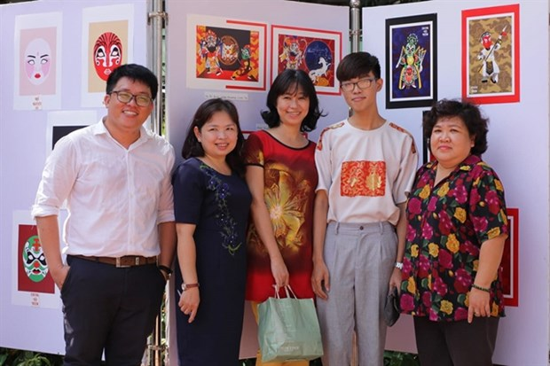 Student enlivens traditional theatre figures hinh anh 2