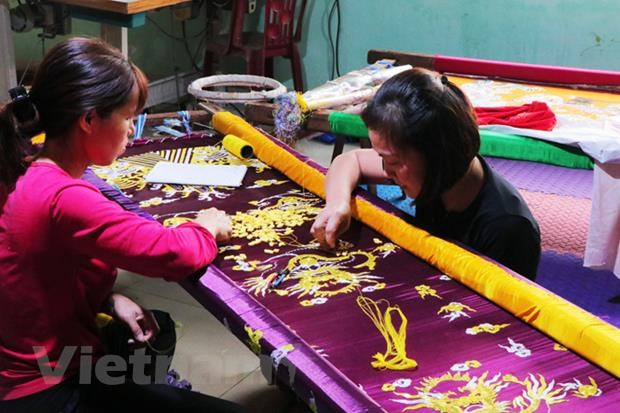 Dong Cuu - the only royal robe embroidering village in Hanoi hinh anh 2