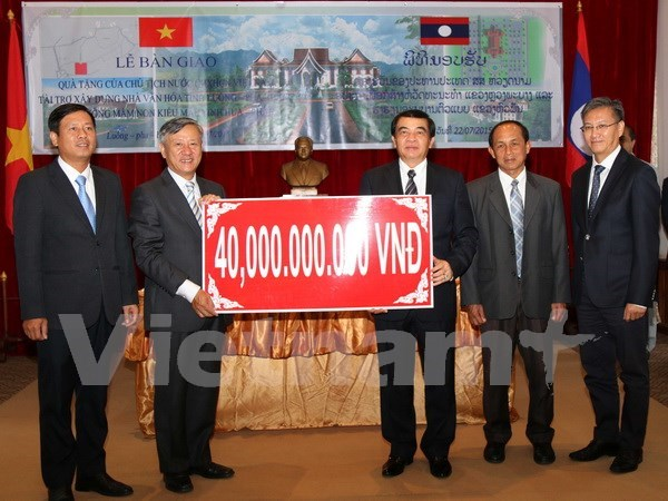 Vietnamese leader's presents given to Lao provinces hinh anh 1