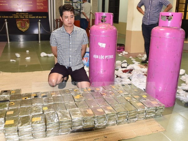Six men nabbed after 490 heroin cakes found in gas cylinders hinh anh 1