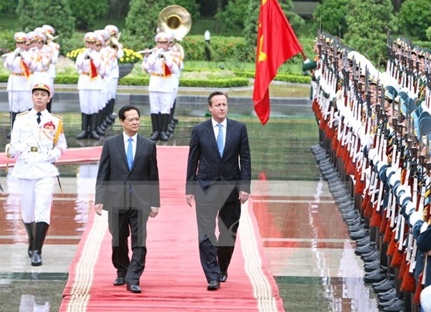 Vietnamese, UK PMs hold talks with focus on enhancing ties hinh anh 1