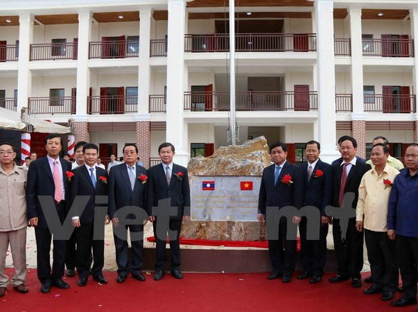 Vietnam hands over newly-built high school to Lao province hinh anh 1