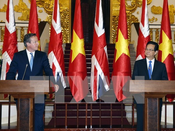 UK Prime Minister wraps up official visit to Vietnam hinh anh 1