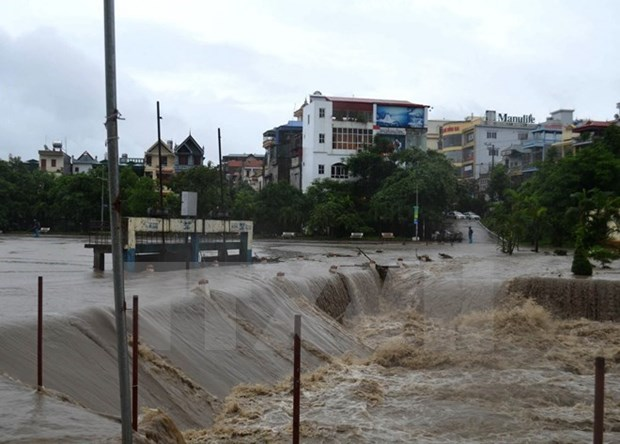 Lao PM extends sympathy to Vietnam over flooding hinh anh 1