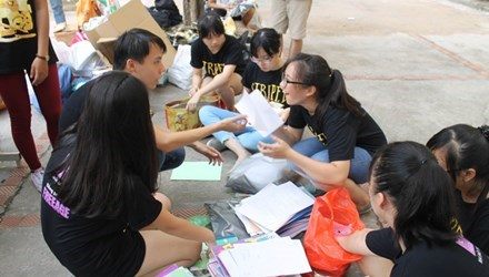 Student group recycles paper for notebooks hinh anh 1