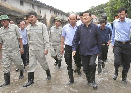 President visits flood region hinh anh 1