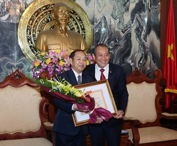 Lao court official awarded with Vietnam's insignia hinh anh 1