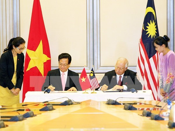 PM's visits bring relations with Malaysia, Singapore to new heights hinh anh 1