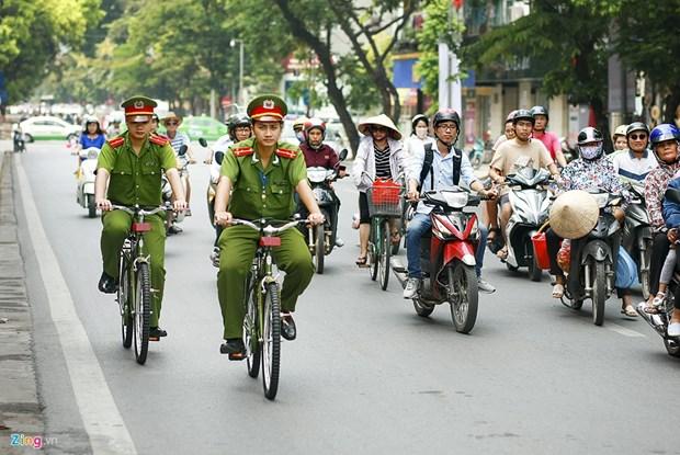 Hanoi pilots bike patrol in urban districts hinh anh 1