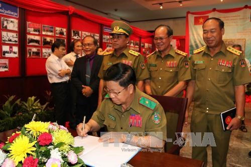 Exhibition on Laos, Vietnam police cooperation opens in Laos hinh anh 1