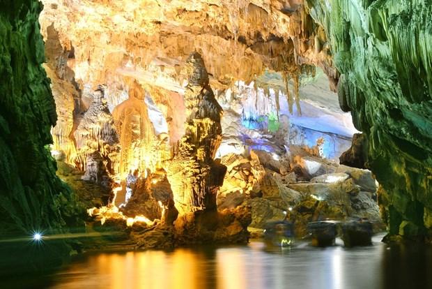 Quang Binh caves draw tourists hinh anh 1