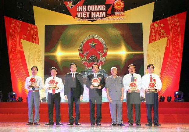 Outstanding individuals in sea, island areas honoured at Vietnam Glory hinh anh 1