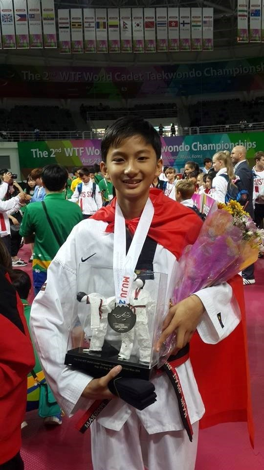 Vietnamese player wins silver at youth taekwondo champs hinh anh 1
