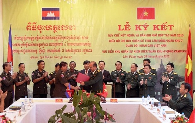 Vietnamese, Cambodian localities beef up military ties hinh anh 1