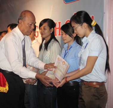 Support comes to needy students ahead of school year hinh anh 1