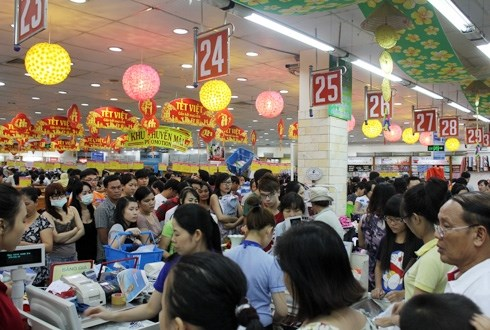 Supermarkets offer promotions to increase footfall hinh anh 1