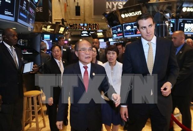 Top legislator visits New York Stock Exchange hinh anh 1