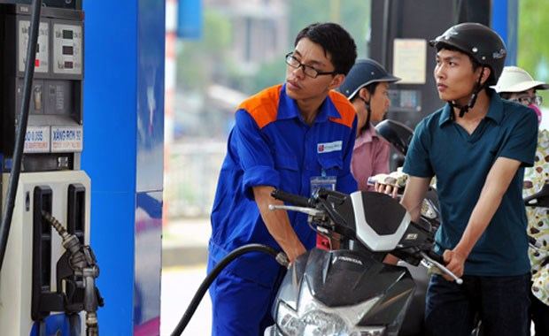 Petrol prices cut by nearly 1,200 VND per litre hinh anh 1