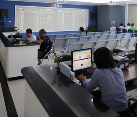 Vietnam shares drop as oil falls hinh anh 1