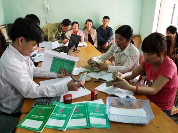Social policies bank provides services via mobile phone hinh anh 1