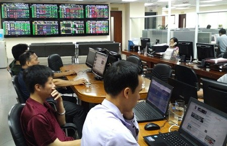 Vietnamese shares fall for third day in a row hinh anh 1