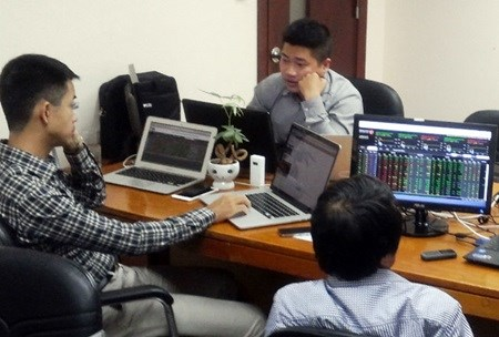 Bank shares up as US maintains rate hinh anh 1